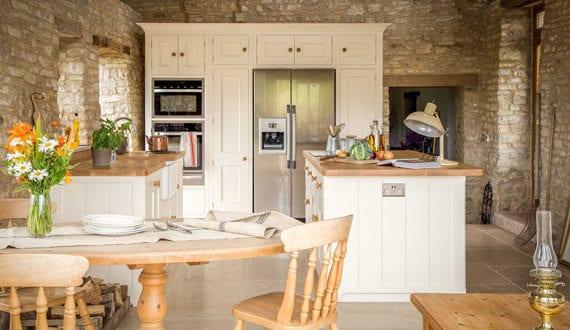 Tipps-für-mediterranes-Wohnen_fantastische-Einrichtungsidee-für-eine-Landhaus-Küche
