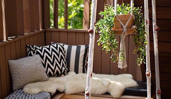 attraktive-terrassengestaltung-mit-diy-beistelltisch-aus-makramee-als-platzsparende-hängetisch