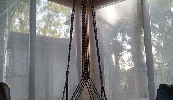 coole-wohnzimmer-gestaltung-mit-diy-beistelltisch-als-kleiner-hängetisch-rund
