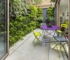 den-kleinen-Hofgarten-mit-Grün-umgeben-und-in-attraktive-Terrasse-vewandeln