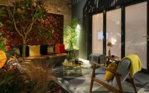 den-kleinen-hofgarten-in-bunte-und-wohnliche-gartenoase-verwandeln