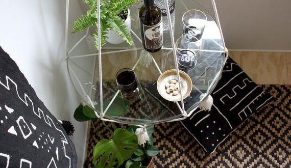 einfache-bastelidee-für-DIY-beistelltisch-aus-glas-und-makramee-als-platzsparende-und-individuelle-einrichtungsidee-fürs-wohnzimmer
