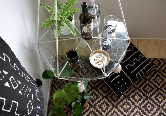 wohnideen mit diy hängetisch aus makramee und glas für ausgefallene und platzsparende wohnzimmereinrichtung mit kleinem beistelltisch