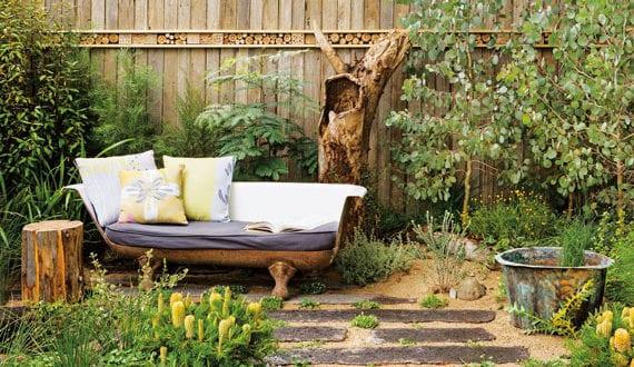gemütliche-sitzecke-im-garten-gestalten-mit-vintage-badevanne