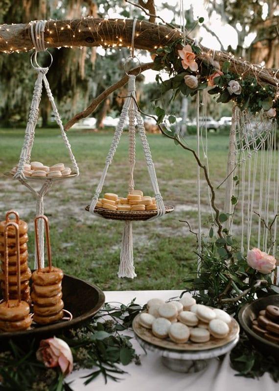 coole party ideen für festliches büffet im garten mit romantischer blumendekoration, lichterkette und makramee