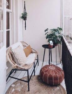 ideen-für-elegante-balkongestaltung-mit-sichtschutz-und-passenden-möbelstücken