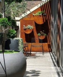 kleine-Terrassen-und-den-kleinen-Hofgarten-mit-einer-Akzentwand-stilvoll-gestalten