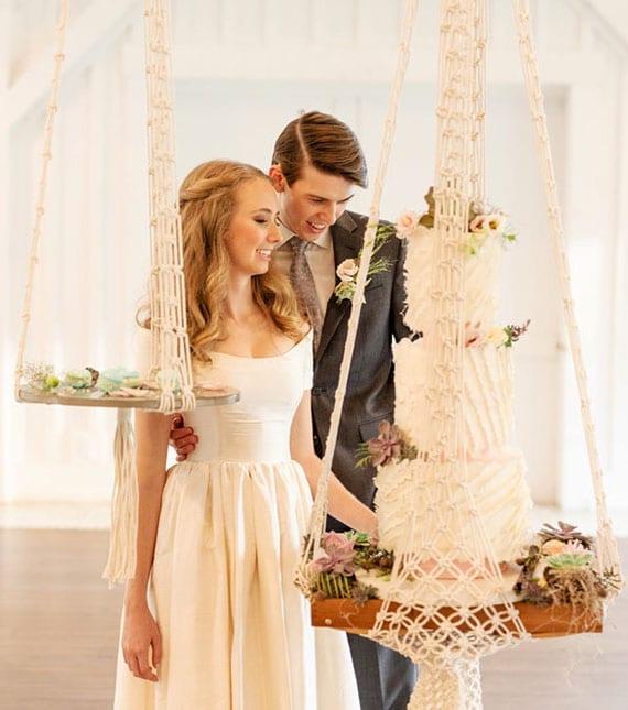 coole idee für romantische hochzeit im boho stil mit einer Makramee-Hängetisch für die Hochzeitstorte