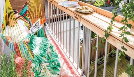 schlaue-ideen-für-nützliche-balkongestaltung-mit-geländer-holztheke-für-kleine-und-enge-balkone