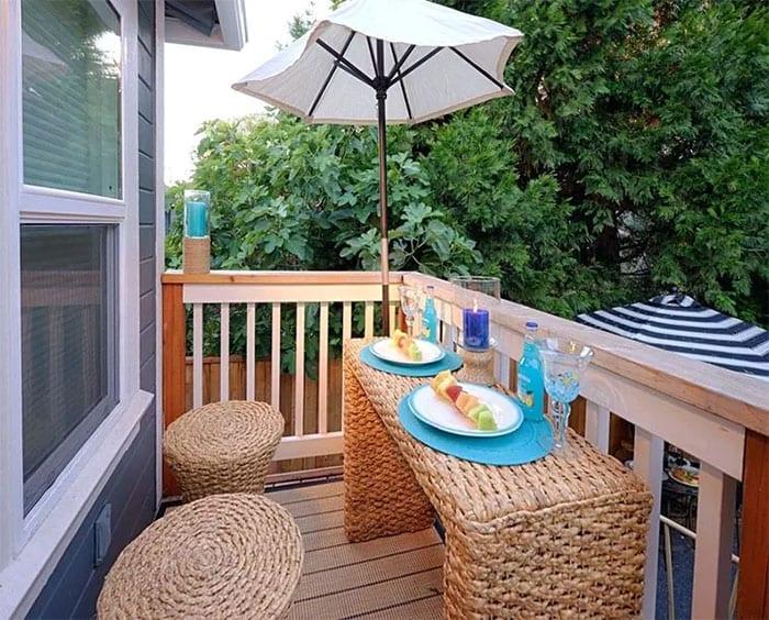 raumsparende gartenmöbel aus Wasserhyazinthe für balkoneinrichtung mit gemütlicher sitzecke für zwei