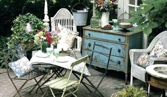 vintage-gartengestaltung-mit-rustikalen-möbelstücken