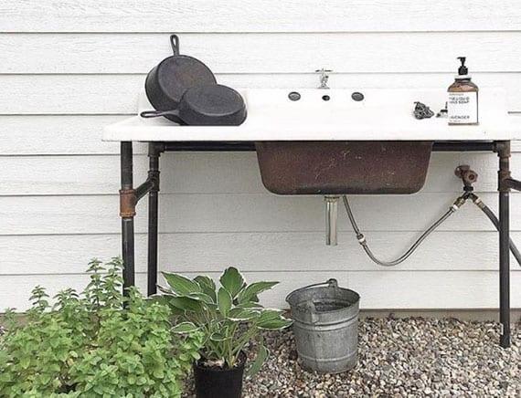 coole ideen für gartengestaltung mit vintage-keramik waschbecken