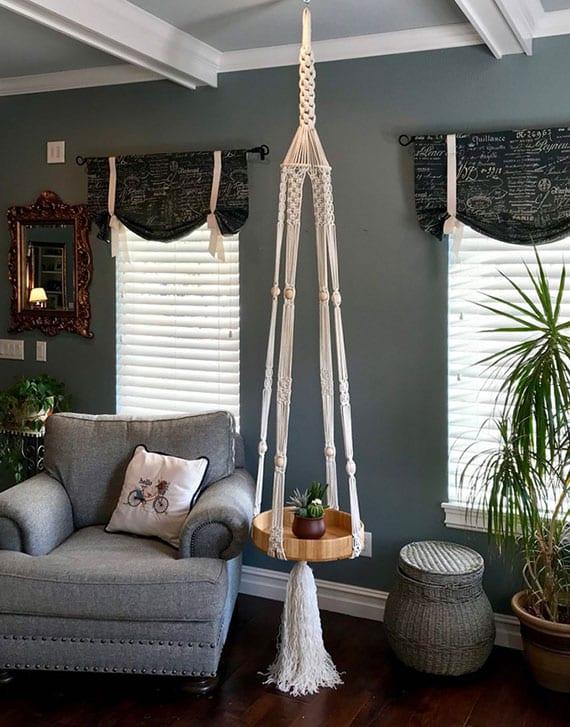gemütliche sitzecke im wohnzimmer gestalten mit selbstgemachtem hängetisch rund als platzsparender beisteltisch neben kuscheligem sessel
