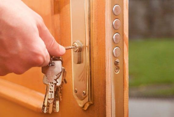 geschlossene Tür mittels einer Plastikkarte öffnen als Möglichkeit in der Not
