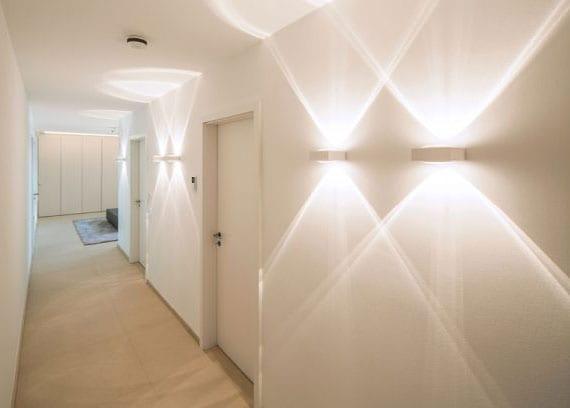 coole lichtkonzepte für angenehme und ausreichende beleuchtung im flur mit modernen wandleuchten