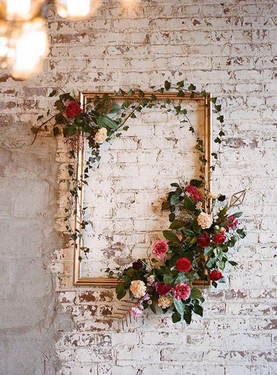 attraktive dekoidee für ziegelwand weiß mit frischen rosen und goldenem bilderrahmen