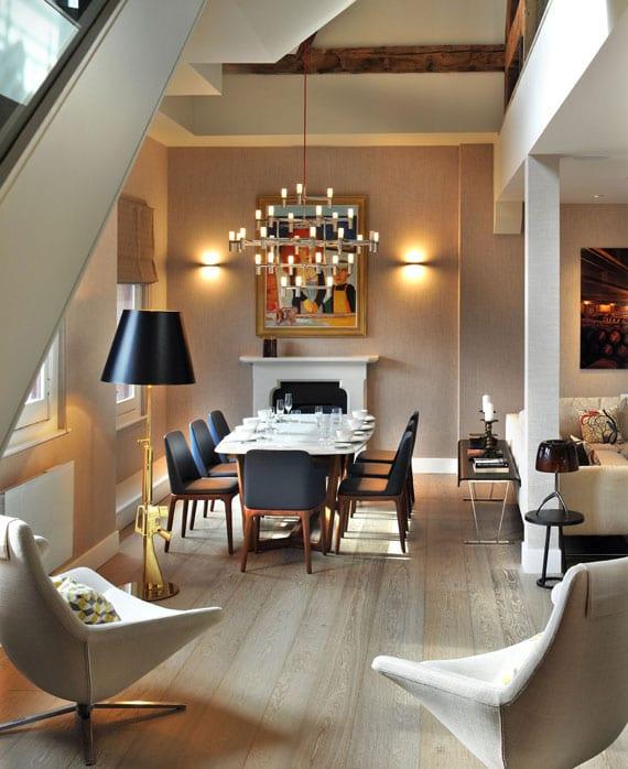 modernes wohnesszimmer mit hellem holzboden, holzbalken, wandfarbe weiß und hellgrau elegant einrichten mit holzesstisch weiß,holzstühlen mit schwarzem leder,drehesesseln weiß und indirekte beleuchtung durch wandleuchten