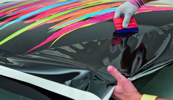 Arbeitsweise bei großflächiger Auto-Folierung mit selbstklebenden und hochelastischen Kunststofffolien