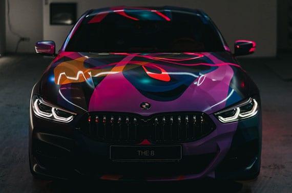 coole gestaltung BMW 8 durch Fahrzeugvollverklebung mit bunter Design-Folie