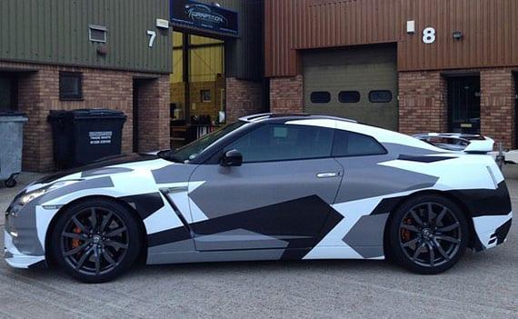 nissan GT-R mit camouflage volierung in weiß, grau und schwarz