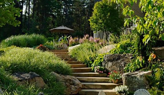 attraktive-gartengestaltung-hanglage-mit-stufen-aus-natursteinplatten