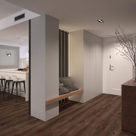 offenen eingangsbereich modern gestalten mit kleiner sitzbank aus holz in einer nische