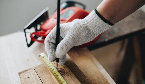 hammer-und-maßband-gehören-zu-den-wichtigsten-werkzeugen-in-jedem-haushalt