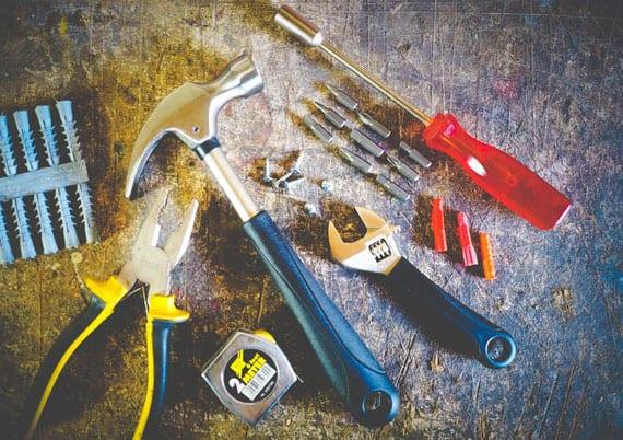 hammer, Schraubenzieher, Zange, Schraubenschlüssel und Maßband gehören in eine gute Heimwerkerausrüstung