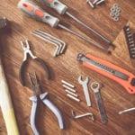 die notwendigen Geräte und Werkzeuge für Grundausstattung einer Heimwerker-Werkstatt