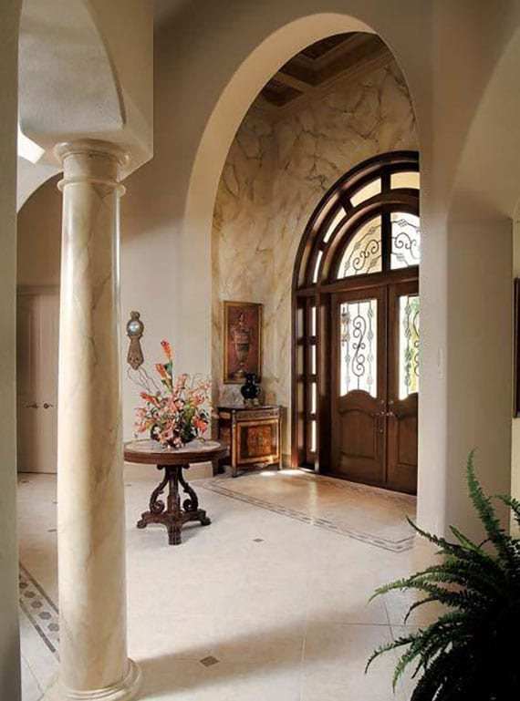 moderner eingangsbereich im mediterranen stil mit haustür aus holz mit rundbogen