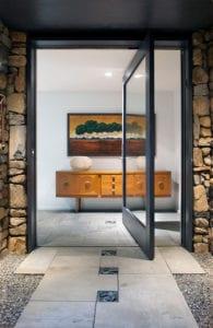 Aktuelle-Trends-bei-Haustüren_großzügig-dimensionierte-Haustüren-mit-ganzen-Glasseiten