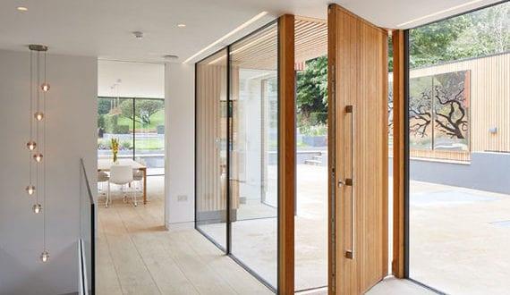 Aktuelle-Trends-bei-Haustüren_moderne-Eingangstüren-mit-klaren-Linien-und-aus-natürlichem-Material
