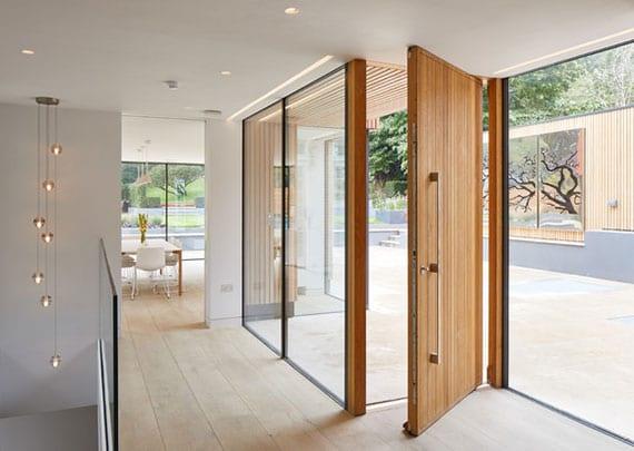 holztür in kombination mit festverglasung als trend in der modernen heimgestaltung