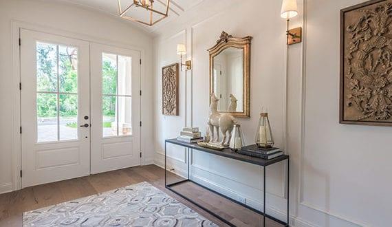 Eingangstür-in-Weiß-als-beliebte-Wahl-bei-Haustüren-und-einer-klassischen-Gestaltung-des-Eingangsbereich
