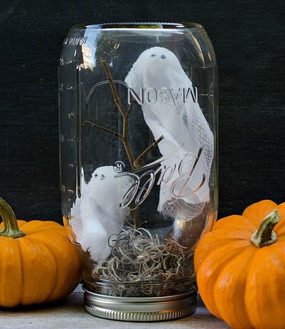 halloween dekoidee mit geistern im glas
