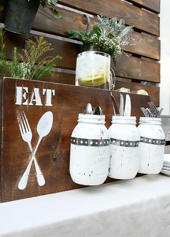 coole bastelidee für diy besteckhalter aus holz und glas als kreative deko für küchenwand und gartenpartys