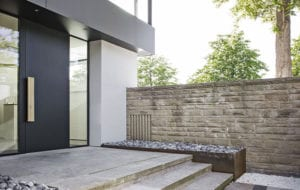 moderne hauseingangstür schwarz mit beidseitiger festverglasung als gestaltungsidee für hauseingang mit naturstrein stufen und blumenhochbeeten aus metall mit steinen