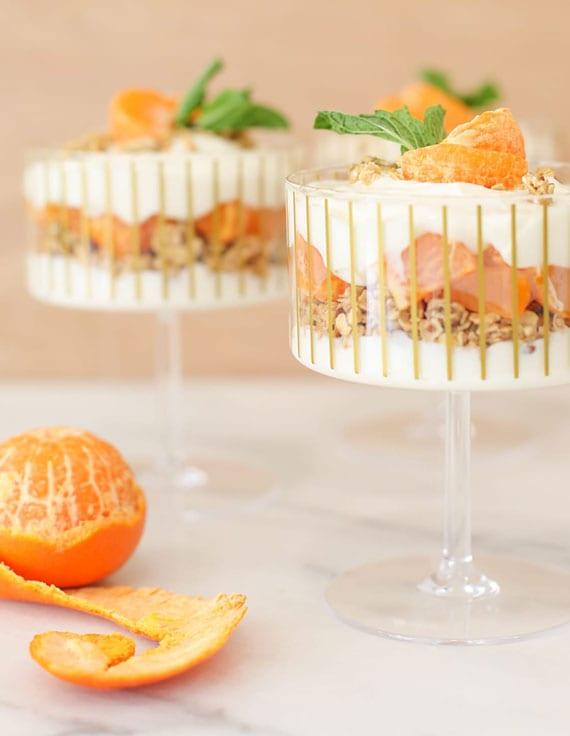 super einfaches dessertrezept für joghurt-nachtisch mit müsli, mandarinen und minze