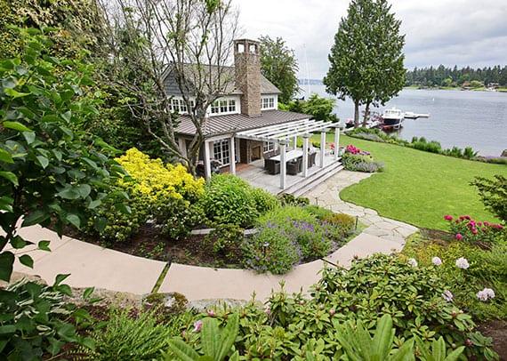einmafimilienhaus an der küsts mit schönem hanggarten, überdachter veranda mit holzpergola