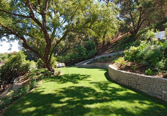 terrassierter garten mit gartentreppe und trockemnauern aus naturstein, passender bepflanzung für steile hanglage