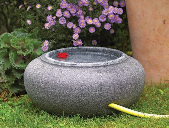 gartendeko mit diy vogelbad aus rundem blumenkübel mit deckel als dekorative gartenschlauchrolle