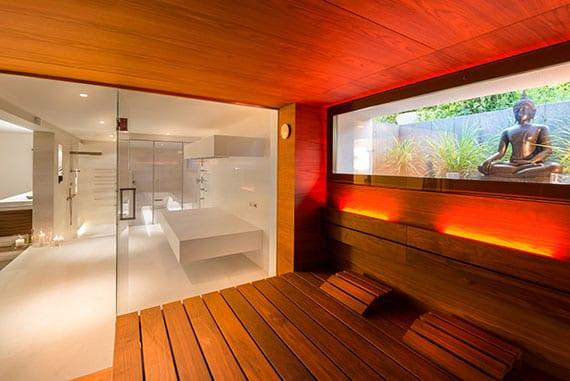 moderner wellnesbereich mit sauna,dampfbad und horizontaler sowie vertikaler Dusche