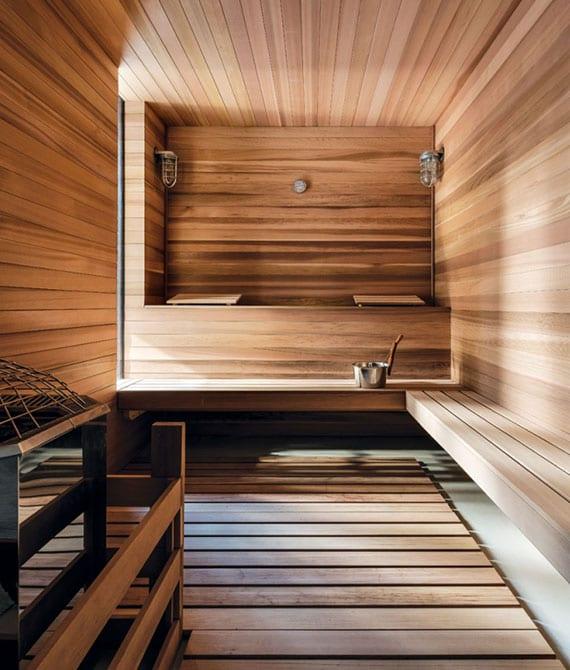 große sauna bereich stilvoll gestalten mit ecksitzbank, fenster für natürliche beleuchtung und hochwertiger holzwandverkleidung