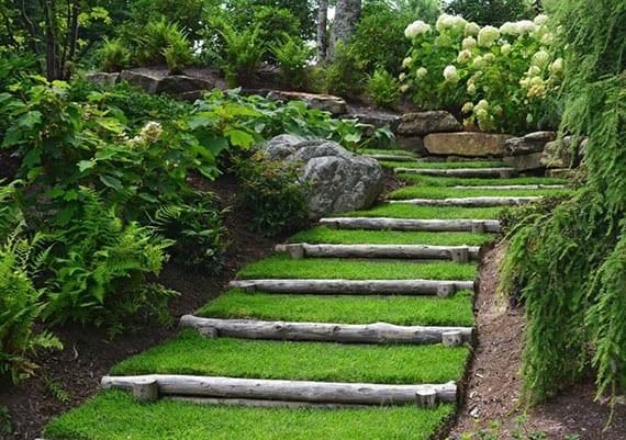 attraktive idee für natürliche diy gartentreppe aus rundholz, rasen, felsen