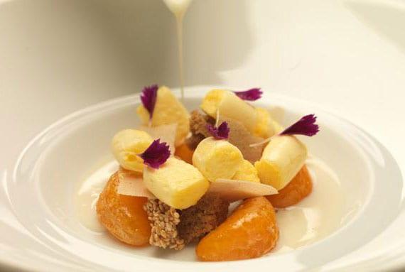 Zabaione mit pikanten Cointreau-Mandarinen,Nugat Kekse und Orangenblüte-Crunch
