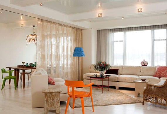 moderne einzimmerwohnung mit wohnessbereich bunt gestalten und zonnen teilen durch gardine