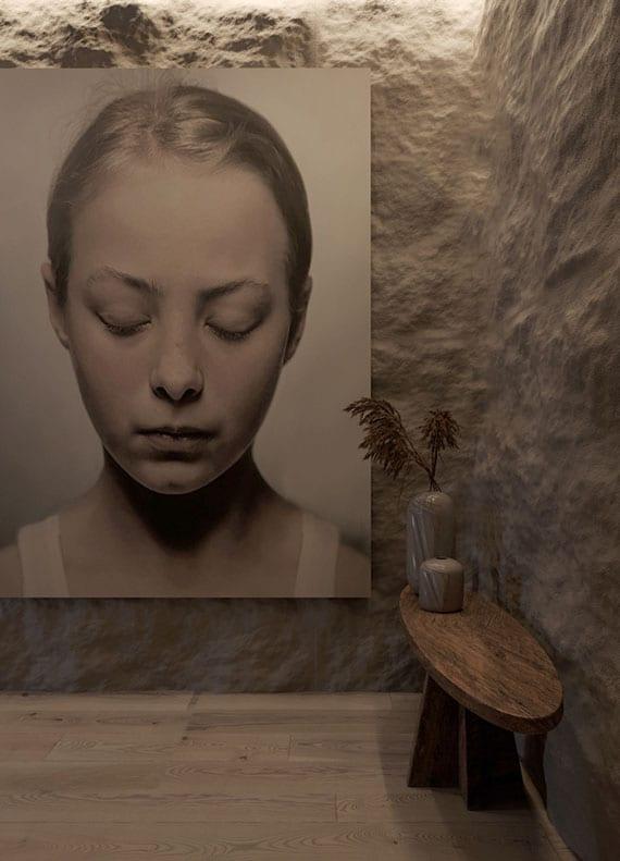 moderne und originelle wandgestaltung mit rohem naturstein weiß, indirekter wandbeleuchtung und großformatiger fotografie