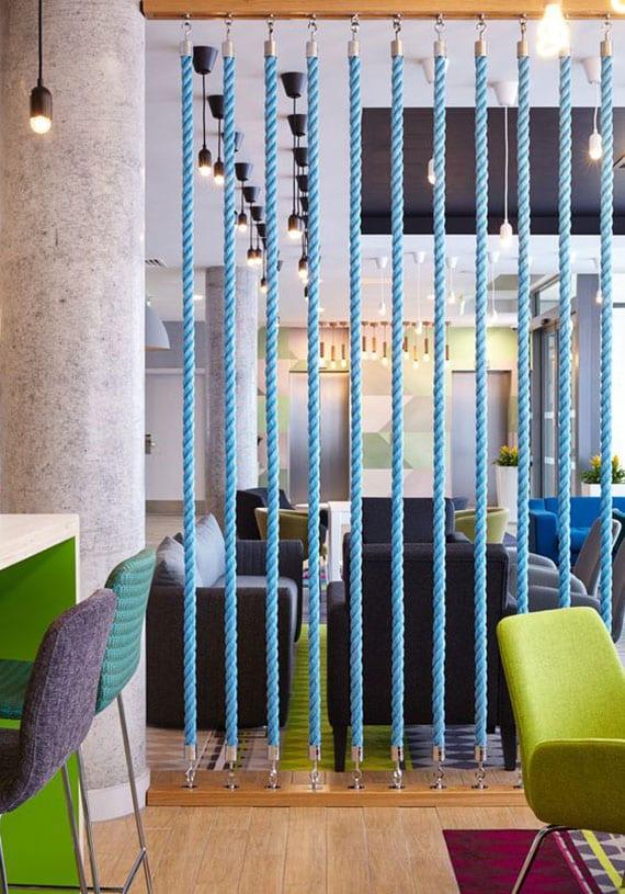 kreative raumteilung kleiner räume mit dekorativer trennwand aus blauen seilen und holz