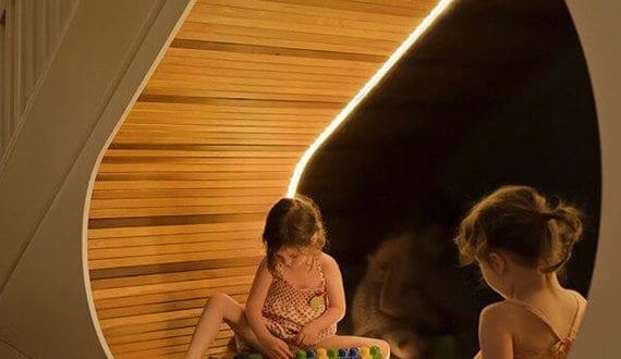 LED-Beleuchtung-im-Kinderzimmer_attraktive-idee-für-kreatives-spielplatz-unter-der-treppe