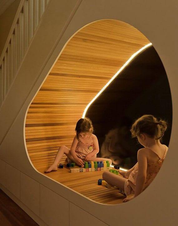 raum unter treppe sinvoll nutzen für kleinen kinderspielplatz mit led beleuchtung und holzverkleidung